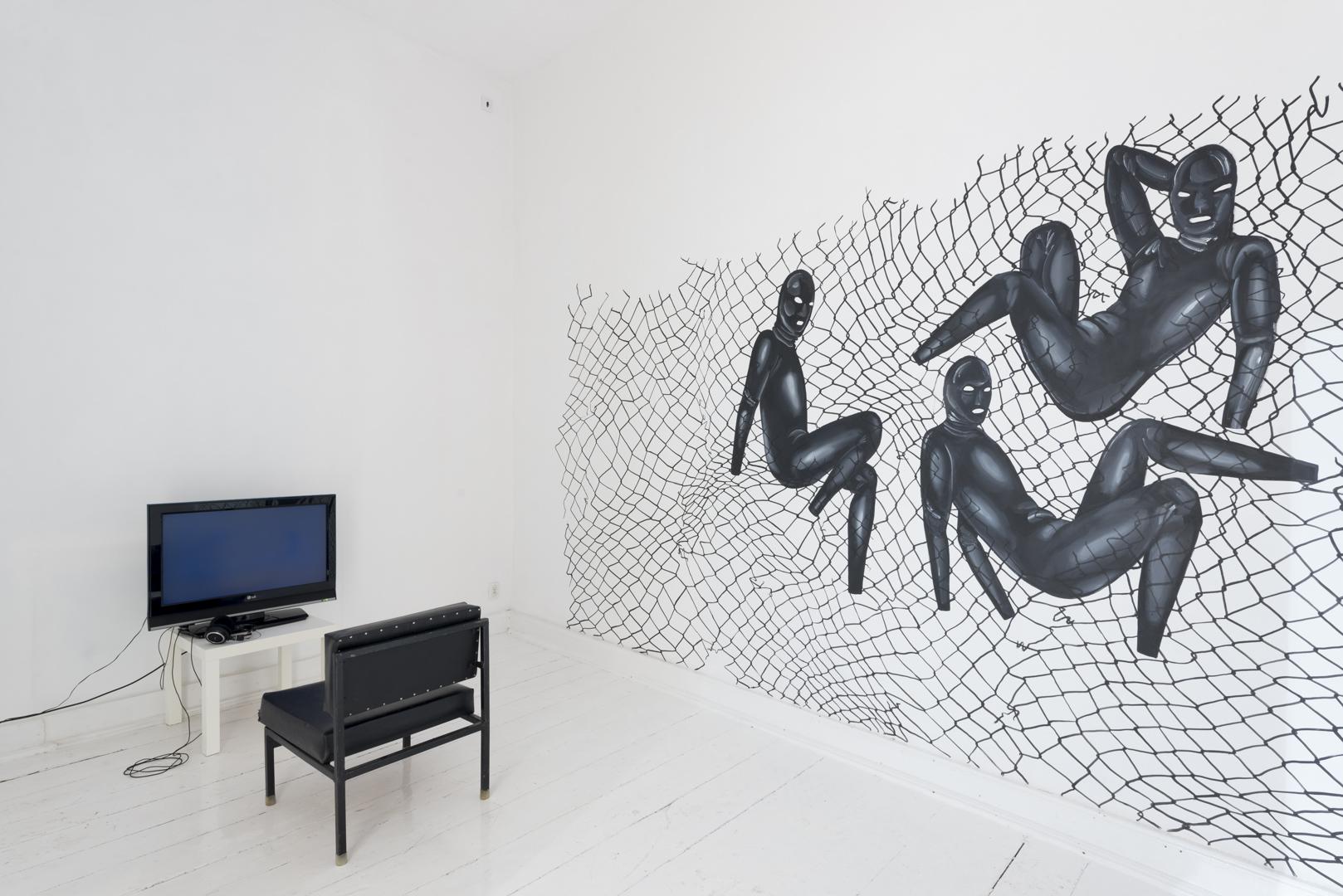 Mikołaj Tkacz, Niby nic, 2015, instalacja wideo, dźwięk orazPaweł Olszczyński, Siatka, 2015, mural, akryl, 180x220 cm