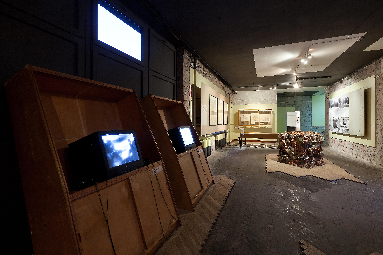 """Widok wystawy """"Spór oodbudowę"""", 7. edycja festiwalu Warszawa WBudowie, budynek dawnej szkoły przy Emilii Plater 29"""