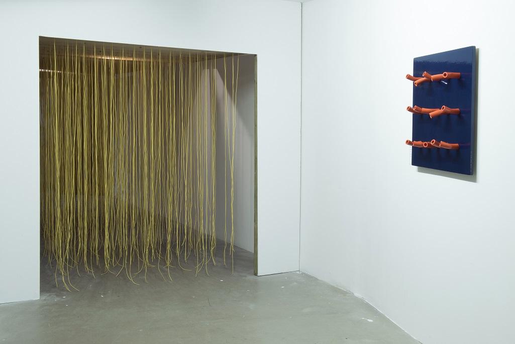 Od lewej: Jesus Raphael Soto, Small pénétrablé, 1969/1970; Mladen Galić, Obiekt 6538-67, 1967. Fot.Małgorzata Kujda, © Muzeum Współczesne Wrocław, 2015