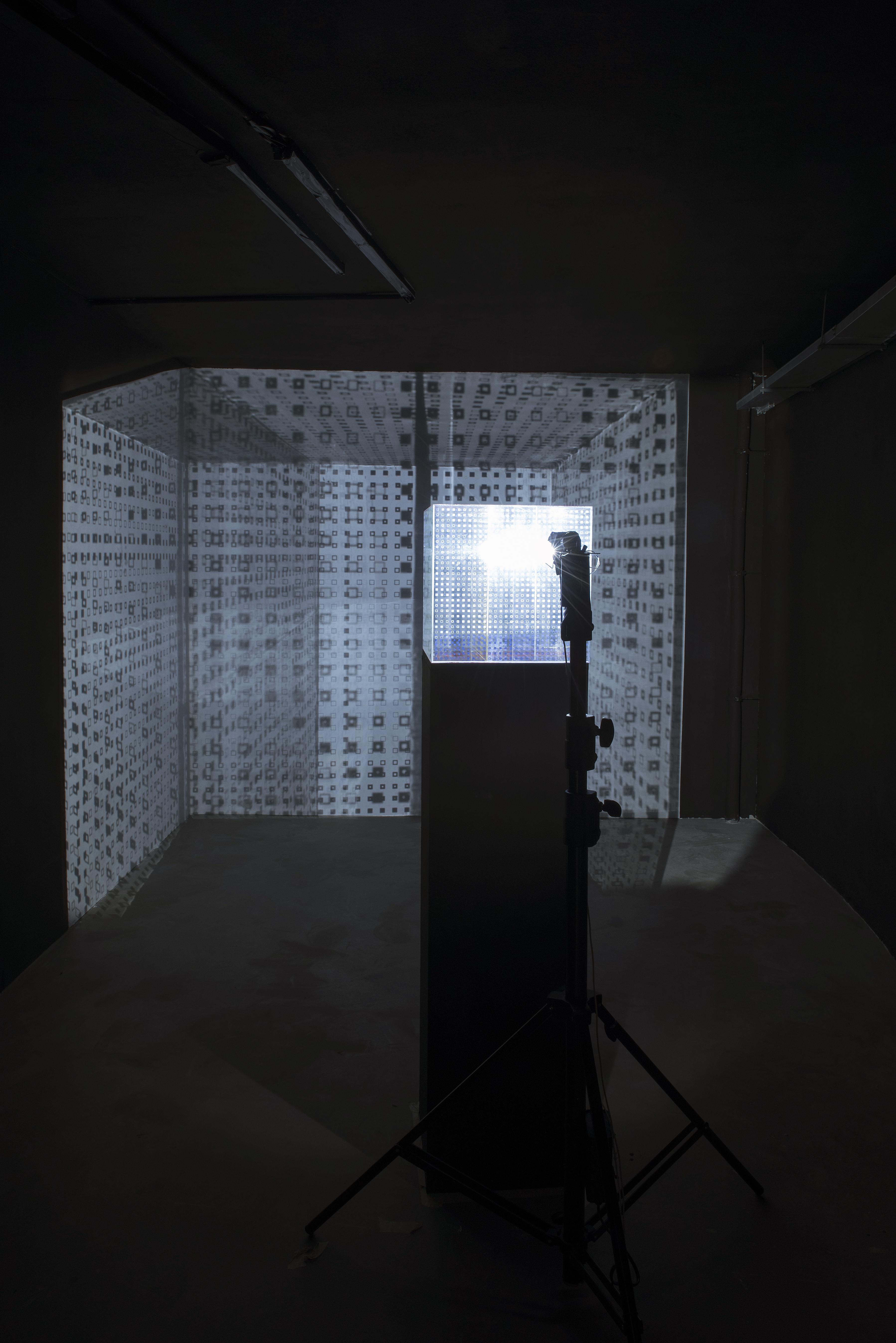 """Ivana Franke, Wejście w""""gdzie indziej"""" (Przestrzeń myśli), 2015 orazVjenceslav Richter, Przestrzenna grafika systemowa, 1997. Fot.Małgorzata Kujda, © Muzeum Współczesne Wrocław, 2015"""