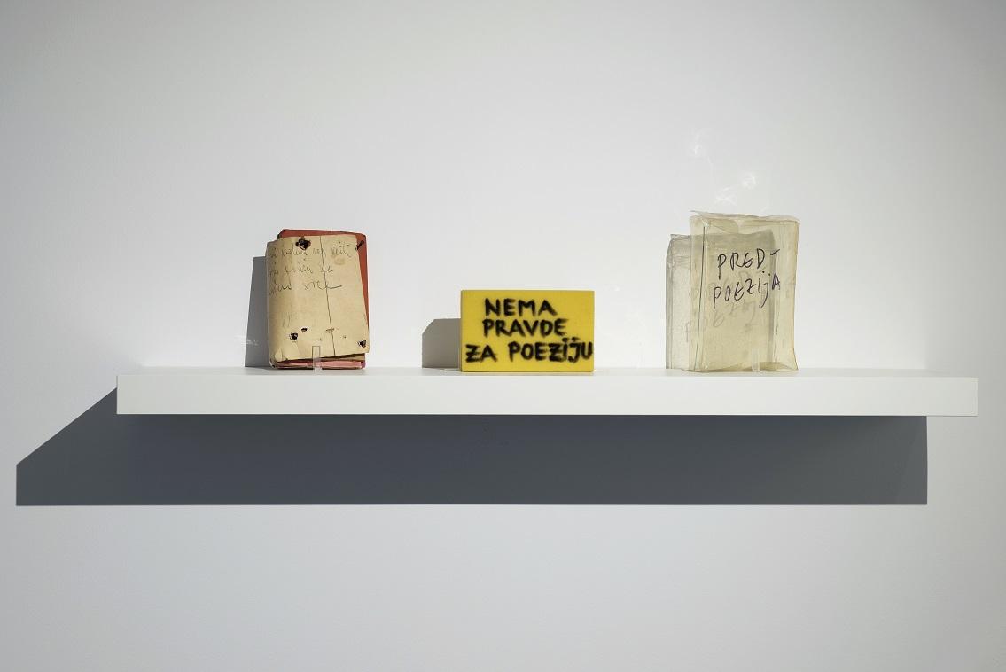 Odlewej: Vlado Martek, Proszę mi powiedzieć, naktórejpółce mam umieścić mojeserce, 1974; Niema sprawiedliwości dla poezji, 2008; Przed-poezja, 2004. Fot.Małgorzata Kujda, © Muzeum Współczesne Wrocław, 2015