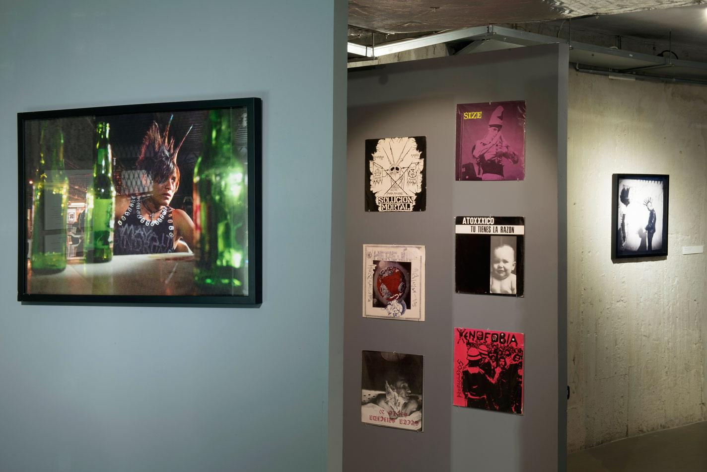 Od lewej: Federico Gama, Paraíso Tropical, 1997 (2015); Wybór płyt winylowych zkolekcji Dr. Lakry iLaureany Toledo orazCryptas Records; wtle: Federico Gama, Beztytułu, ok. 1990 (2015). Fot.Małgorzata Kujda, © Muzeum Współczesne Wrocław, 2015