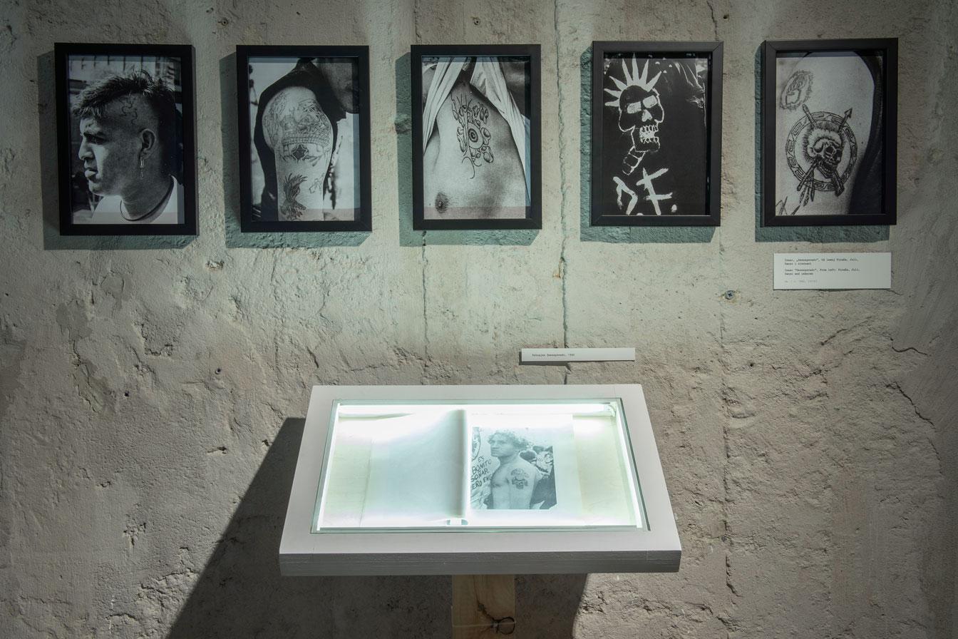 """Isaac, """"Desesperado"""", odlewej Piraña, Juli, Ganzo inieznani, ok. 1992, (2015). Wgablocie: Tatuajes Desesperado, 1992. Fot.Małgorzata Kujda, © Muzeum Współczesne Wrocław, 2015"""
