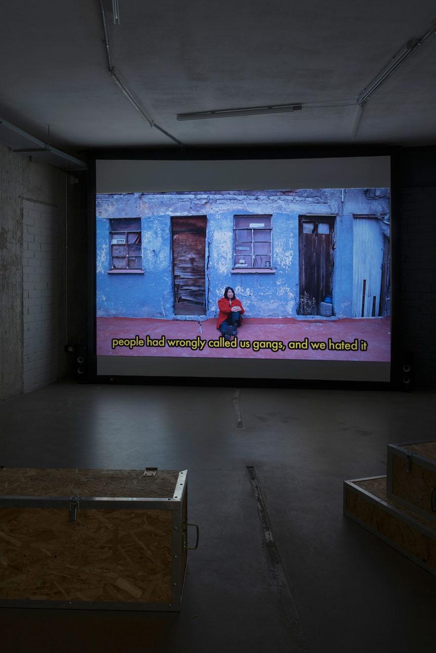 Widok sali zprojekcją wyboru wywiadów nakręconych przezLaureanę Toledo iDr. Lakrę dofilmu dokumentalnego dotyczącego sceny punkowej wMeksyku, 2015–2015. Projekt wtrakcie realizacji