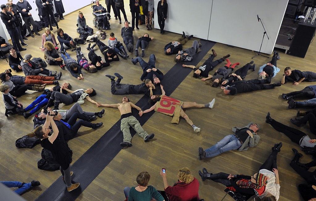 """Performans Mattheva Silvera, III Dwubiegunowe Spotkanie Performerów wSopocie """"BODY SLANG"""", Państwowa Galeria Sztuki wSopocie"""
