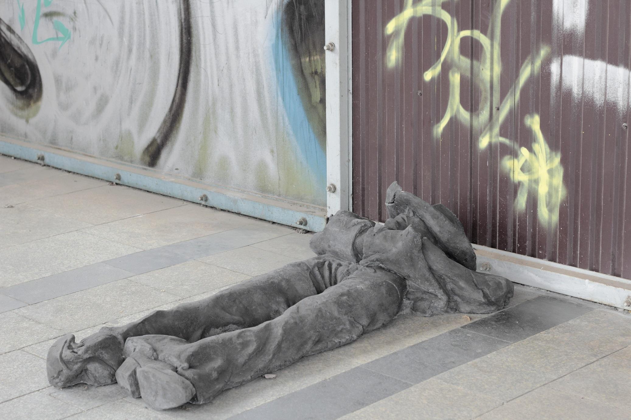Łukasz Jastrubczak, Śpiący kowboj, dworzec kolejowy Tarnów-Mościce, fot.Mateusz Sadowski