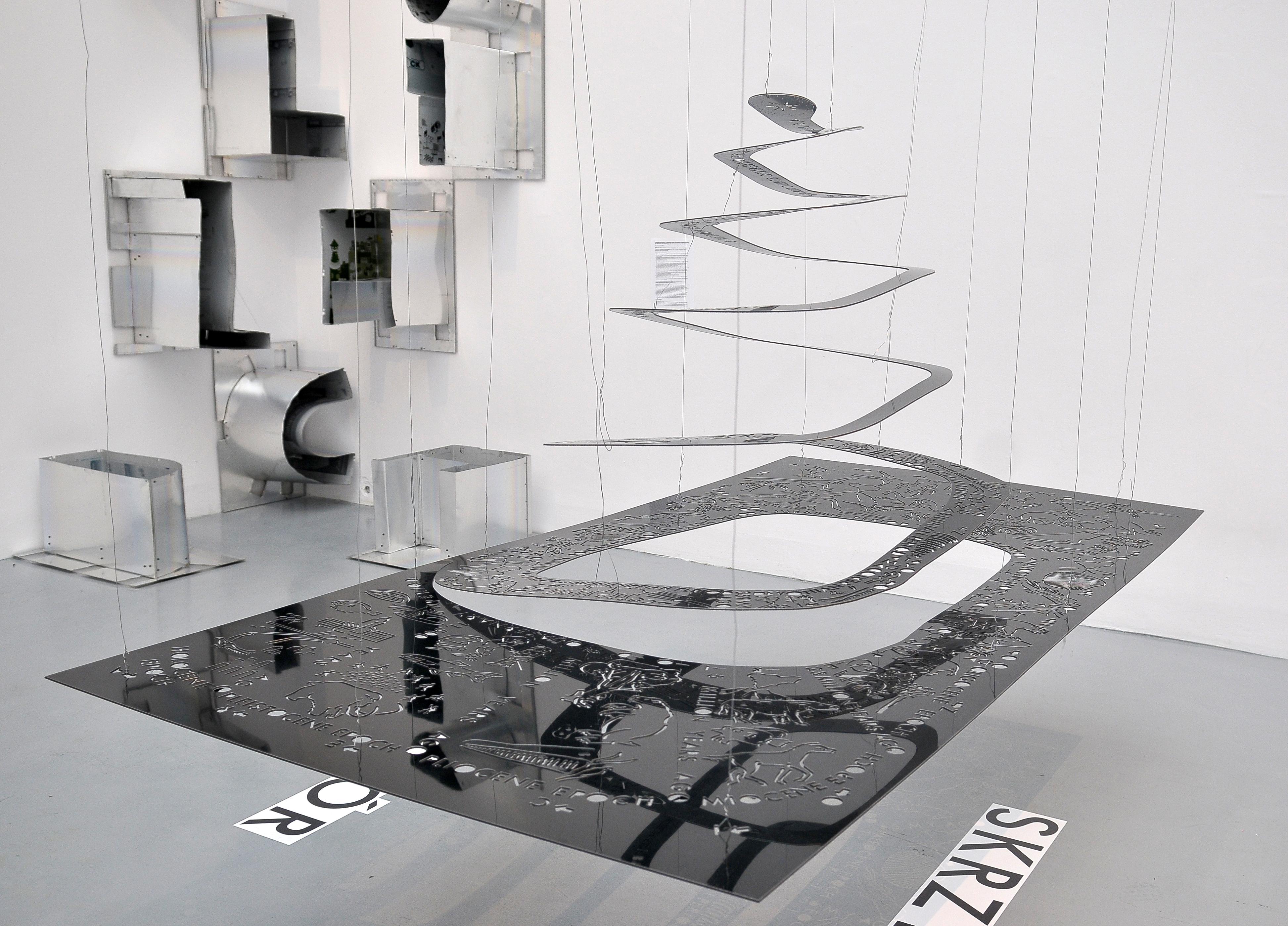 """""""muzeum"""" wcudzysłowie, widok wystawy"""