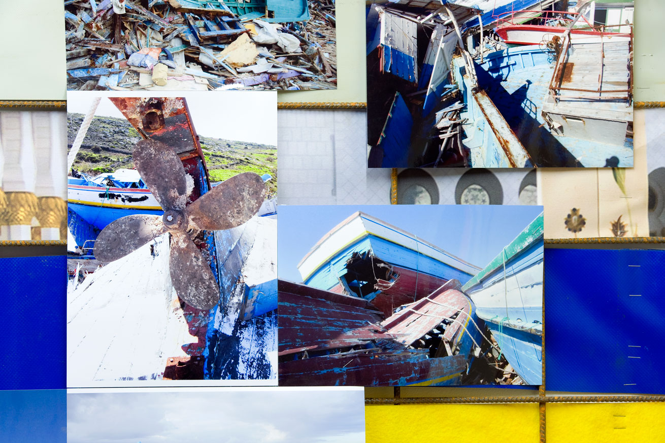 Thomas Kilpper, Latarnia dla Lampeduzy!, projekt trwający od2008 r., tutaj wmultimedialnej formie prezentującej prace Holgera Wüsta, Massimo Ricciardo iich kolekcję przedmiotów anonimowych uchodźców