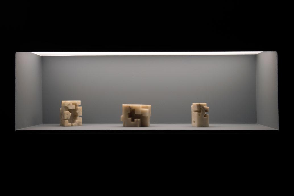 Eduardo Chillida, odlewej: Proyecto Homenaje ALa Arquitectura II, alabaster, 1973; Estudio Para La Arquitectura Heterodoxa I, alabaster, 1974; Gurutz II, alabaster, 1973