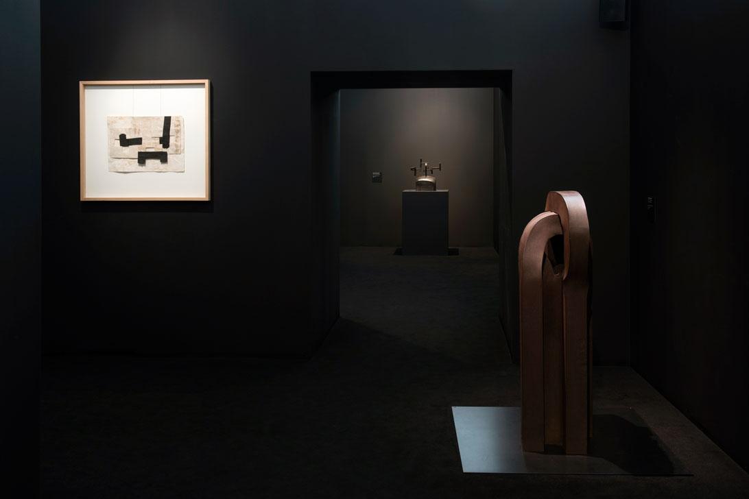 Brzmienia, widok wystawy,  odlewej napierwszym planie: Gravitación, papier, nici, tusz, 1990, Lotura XXVII, stal cięta, 1992