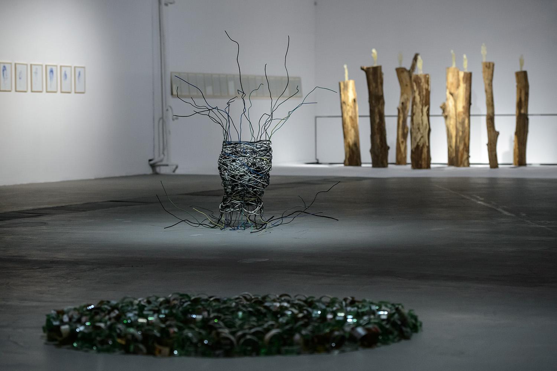 Siedem tańców, widok wystawy, napierwszym planie: Zuzanna Janin, Unchain, 2016; wgłębi: Cyberprzemoc, 2016;Siedmiu ojców, 2014