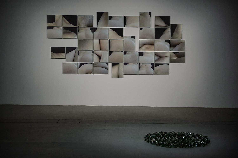 Siedem tańców, widok wystawy, odlewej: Zuzanna Janin, 55 (Pięćdziesiąt pięć), 2016; Unchain, 2016