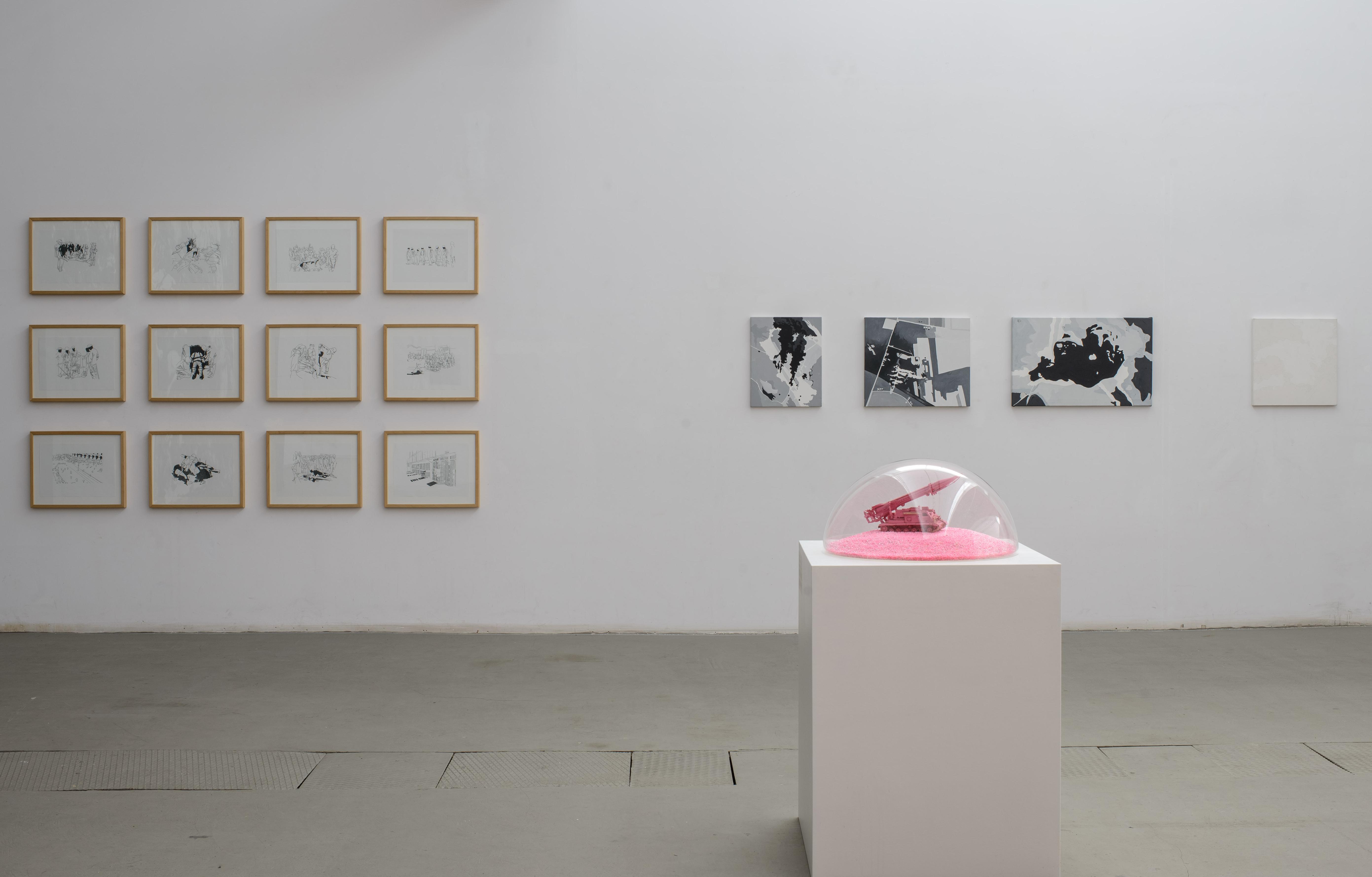 """Wojna ipokój, widok wystawy, napierwszym planie: Maurycy Gomulicki, """"PINK SCUD (Phallus necroicus) Barbie Holocaust (Pink Victory II)"""", 2015; wgłębi odlewej: Hubert Czerepok, zserii """"Seanse – okropności wojny"""", 2009; zserii """"Aeropiktura"""", 2007"""