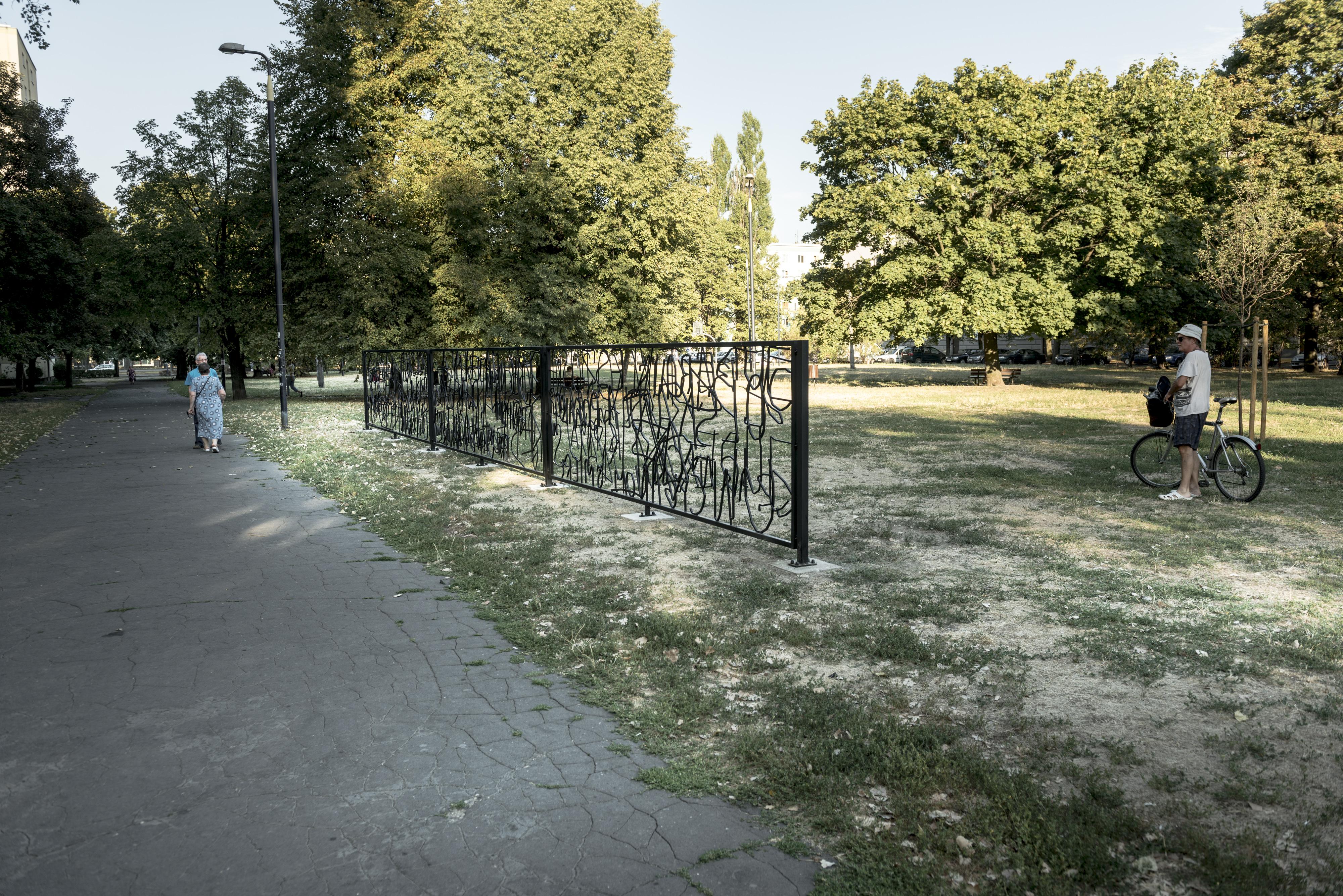 Hubert Czerepok, Płot nienawiści, instalacja wprzestrzeni publicznej, fot.Bartosz Górka
