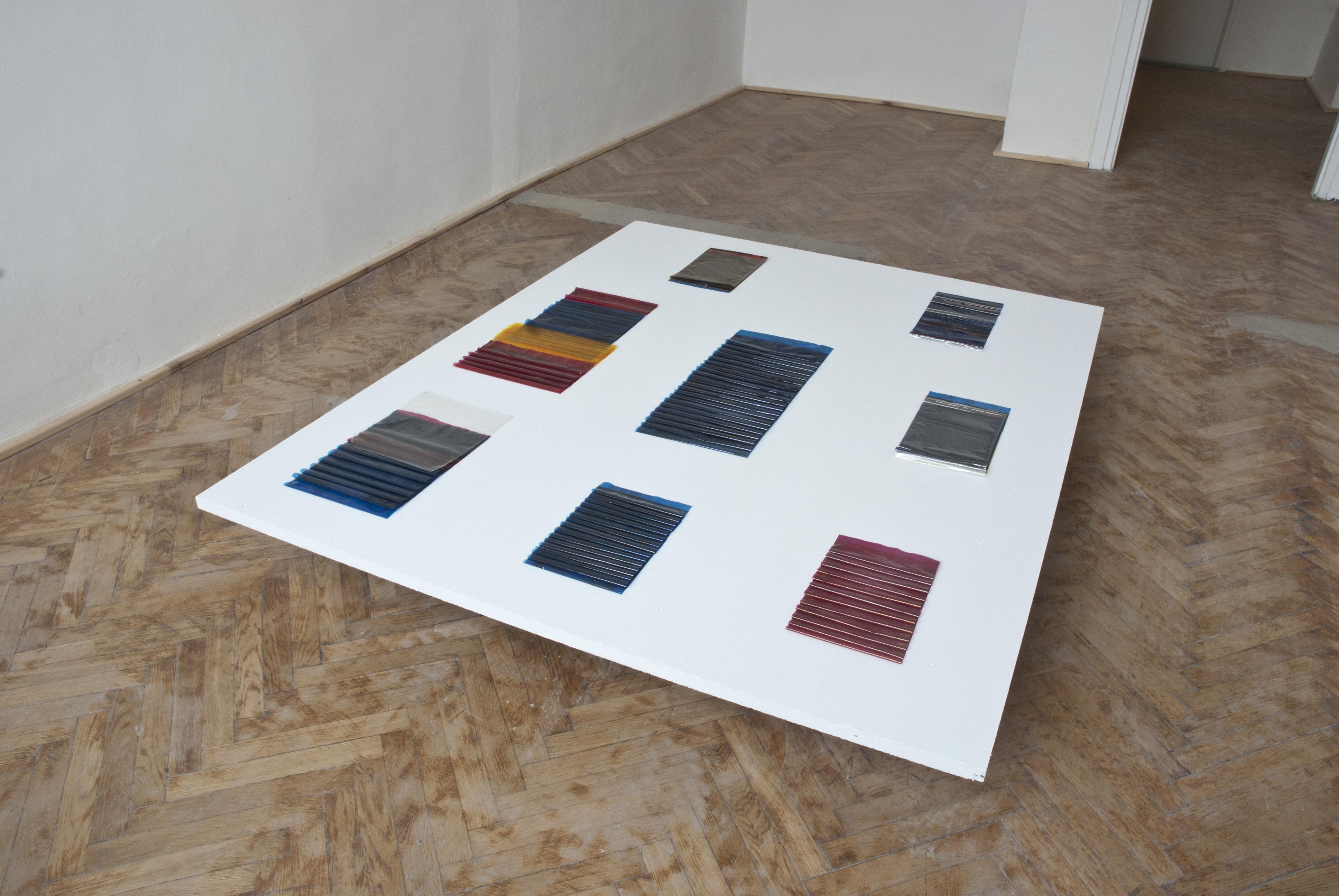 Tomasz Saciłowski, obiekty zfolii taśm drukarek termosublimacyjnych, 2015, ekspozycja nawystawie D2T2 wgalerii Piktogram