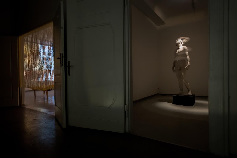"""""""Odrodzenie"""", widok wystawy, odlewej - Muzeum Pani Domu, 2015;  Kopernik, akryl polichromowany, 2016"""
