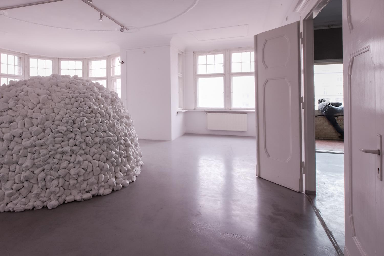 """""""Odrodzenie"""", napierwszym planie Dzień 403, instalacja, pieluchy jednorazowe, 2016"""