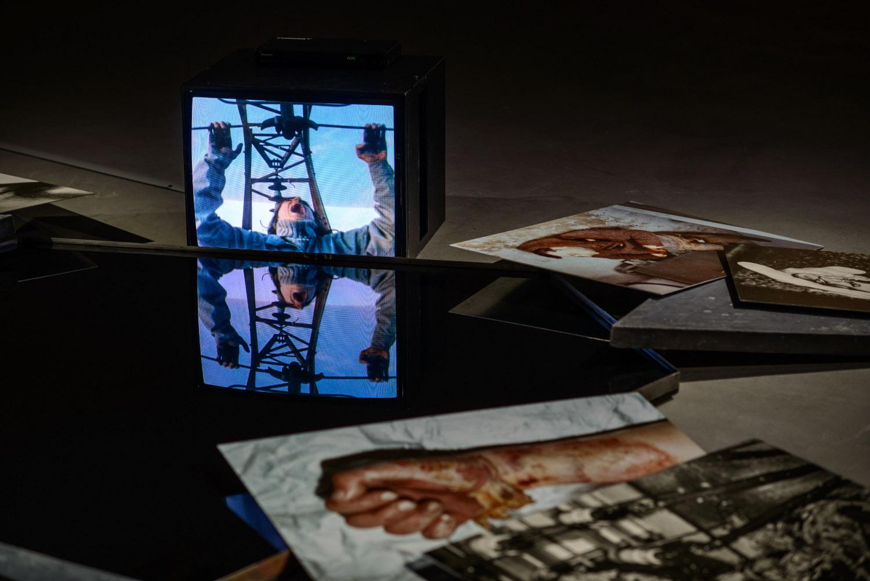 """Tattooed Years / Tatuowane lata, widok wystawy; Die Praxis des Lebens oder """"tatooed tears"""", 1983, instalacja wideo; fot.Wojciech Pacewicz"""