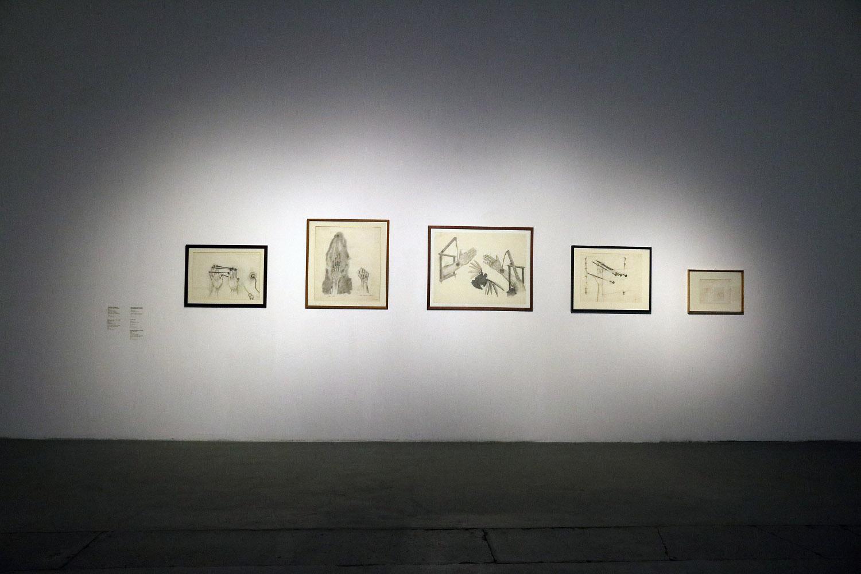 Tattooed Years / Tatuowane lata, widok wystawy; odlewej: STROMHÄNDE / VERBINDUNG [ELEKTRYCZNE RĘCE / POŁĄCZENIE], 1973, rysunek; DER LINKE UND DER RECHTE SCHMERZ, 1972/73, rysunek; BRÜCKENHÄNDE MIT MESSERVOGEL, 1973, rysunek; Zwang, 1974, rysunek; DER LINKE UND DER RECHTE SCHMERZ, 1972/73, rysunek, fot.Florentyna Nastaj