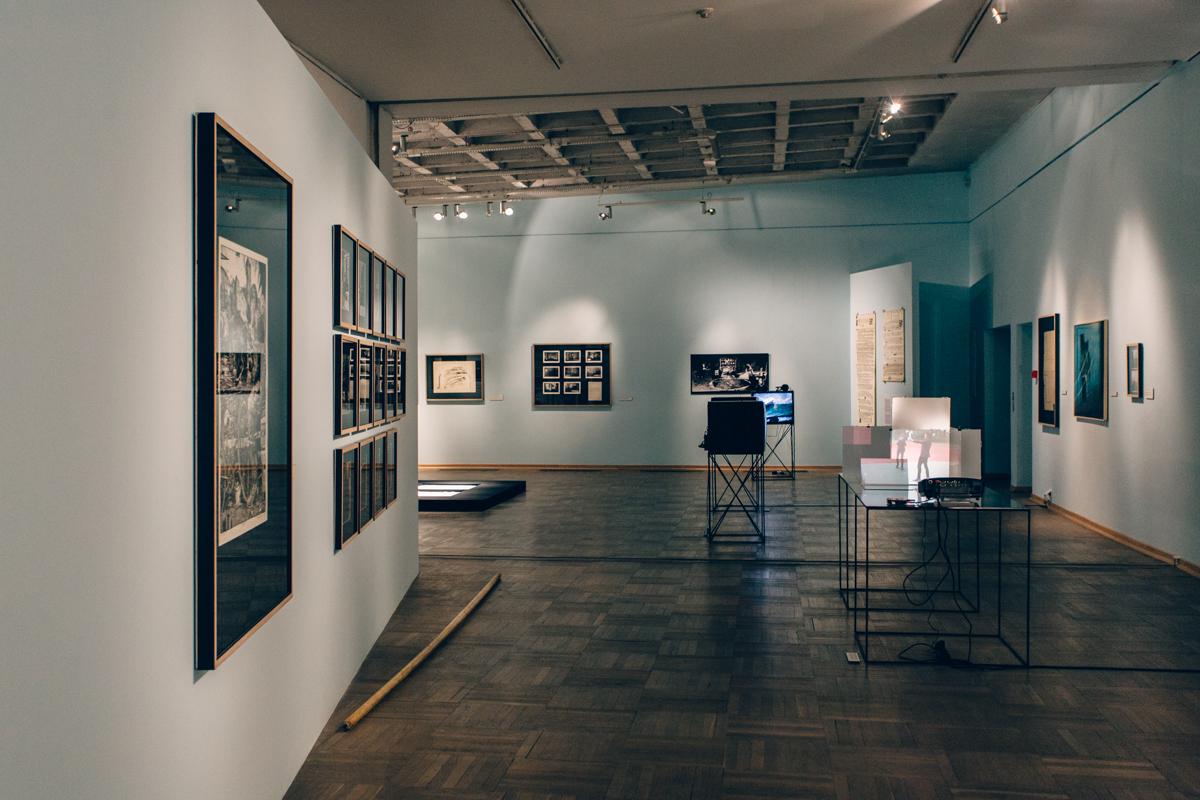 Z mojegookna widać wszystkie kopce, fragment wystawy poświęconej krakowskiej neoawangardzie