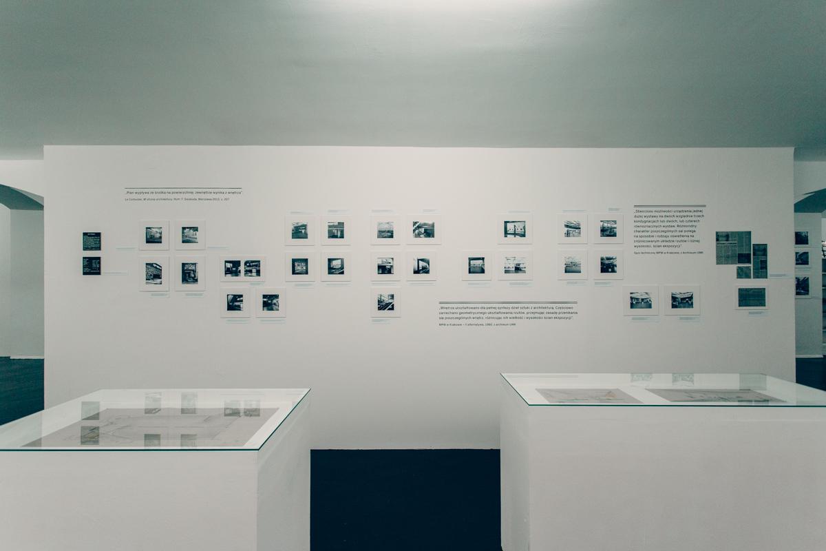 Z mojegookna widać wszystkie kopce, fragment wystawy poświęconej Krystynie Różyskiej-Tołłoczko