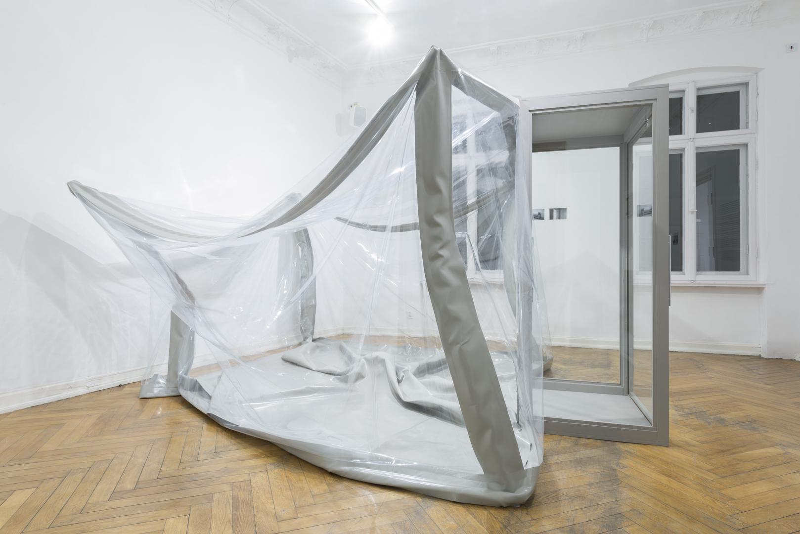 Katarzyna Malejka, Izolatorium, instalacja, szkło, folia PCV, drewno, 300 x 300 x 200 cm, 2016