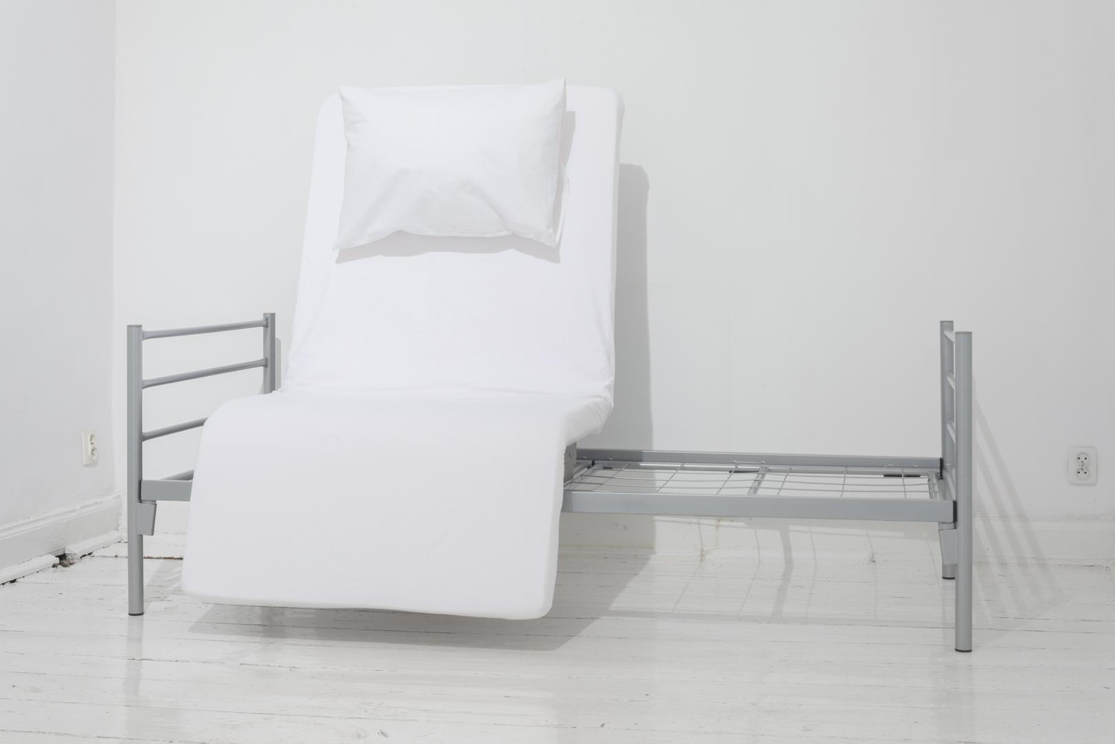 Katarzyna Malejka, Łóżko, obiekt, metalowe łóżko, materac zpianki tapicerskiej, tkanina, 200 x 90 x 140 cm, 2016