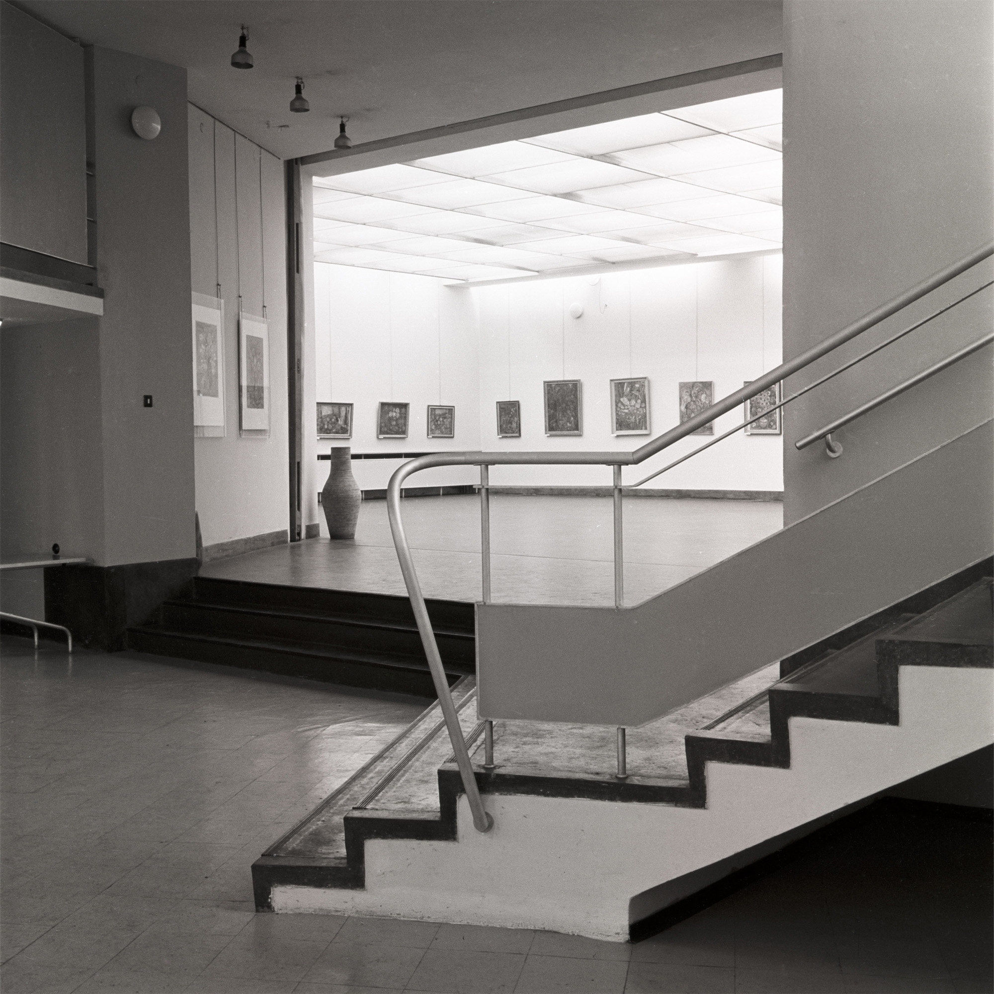Hol główny MPW, wtle sala wystawiennicza, lata 60. XX wieku, fot.D. Zawadzki, zarchiwum własnego artysty.