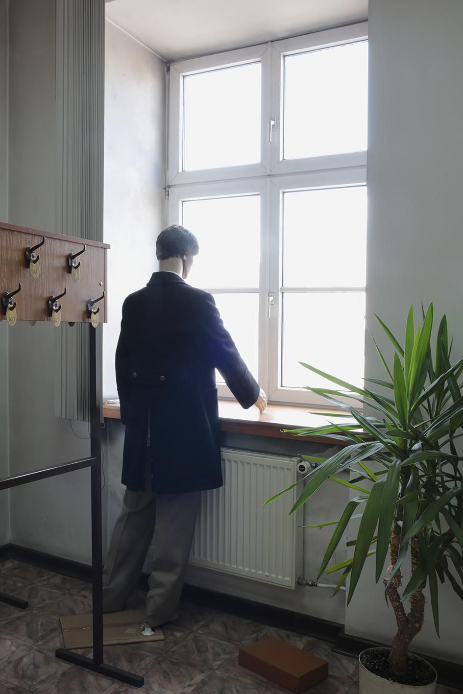 Wiktor Polak, Autoportret. Woknie Muzeum Archeologicznego iEtnograficznego stoi manekin nieco podobny domnie, odczasu doczasu zamieniam się znim miejscami. Przechodnie nazewnątrz widzą manekina wyglądającego jak człowiek lub mnie wyglądającego trochę jak manekin, technika własna, 2016, fot.Agnieszka Chojnacka