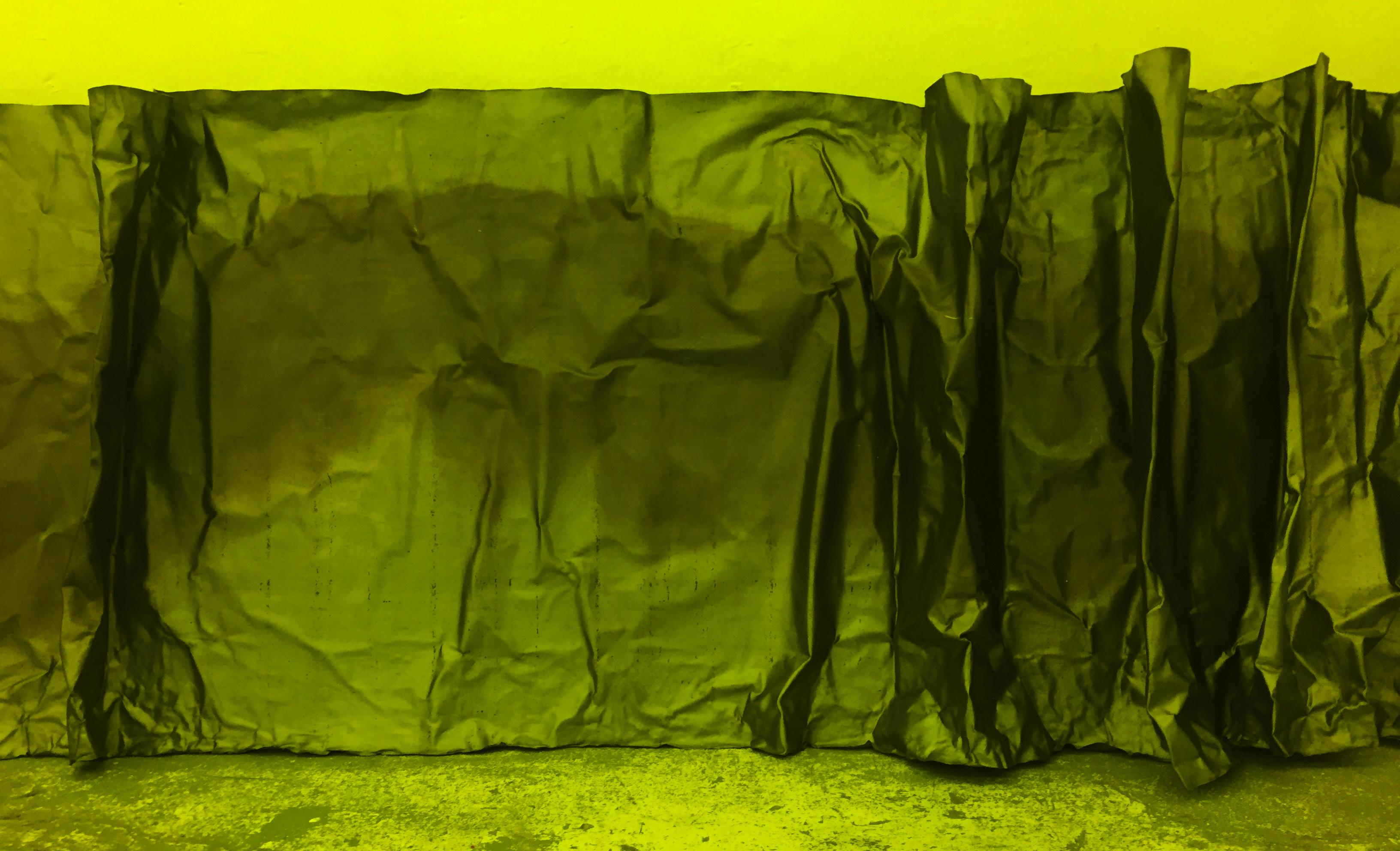Monika Niwelińska, Osłona, 8 mb, emulsja światłoczuła, żółte powietrze, grafit, 2015, fot.Edyta Dufaj