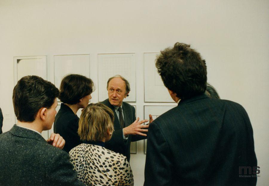 Stanislav Kolíbal oprowadza gości powystawie Konstrukcje wMuzeum Sztuki wŁodzi, 1993