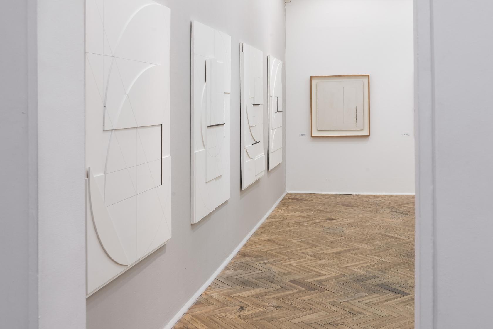 """Stanislav Kolíbal, widok wystawy """"Białe, czarne, szare"""", Galeria Foksal, 29.04-07.06.2013"""