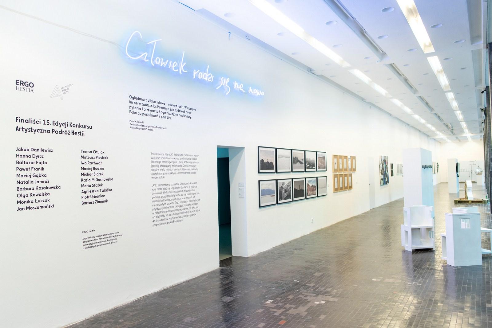 """Katarzyna Kimak, Człowiek rodzi się nanowo (zcyklu """"Dialog""""), neon, 2016, koncepcja artystyczna raportu rocznego ERGO Hestii"""
