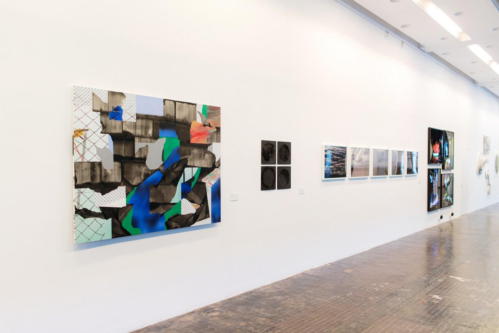 Od lewej: Mateusz Piestrak, Krajobraz pospalonym dowcipie, akryl napłótnie, 2016, Hanna Dyrcz, Protuberancje, ołówek, węgiel, tektura, 2015