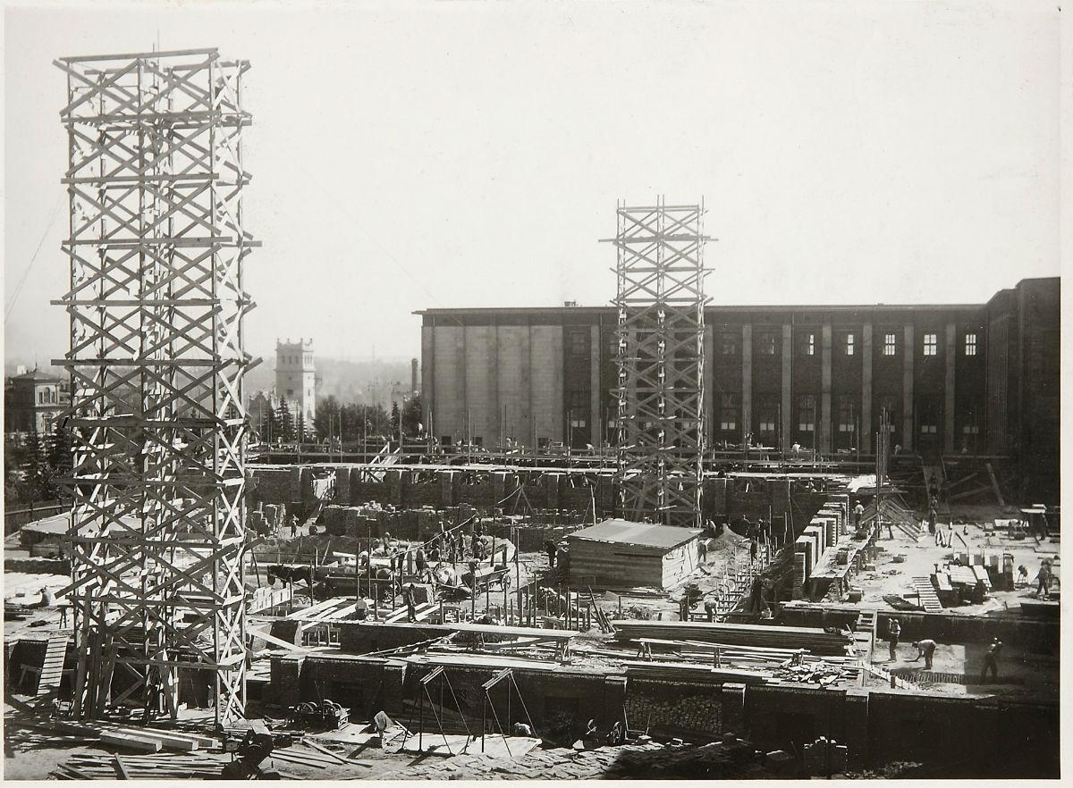 Budowa centralnych skrzydeł gmachu Muzeum Narodowego wWarszawie przy Al.3 Maja – ujęcie zokna Ipawilonu wkierunku placu budowy, odbitka fotograficzna, 1935, fot.nieznany / MNW