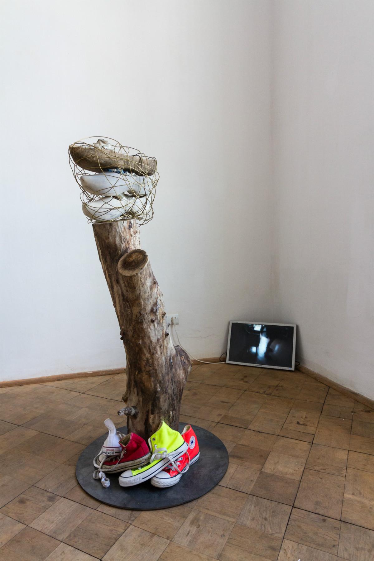 Zuzanna Janin, Ocaleńcy (Taniec dla Nelly iMarii), rzeźba, orzech włoski, oryginalny drewniak zII wojny światowej (Oświęcim), saboty, trampki, drut , 2016