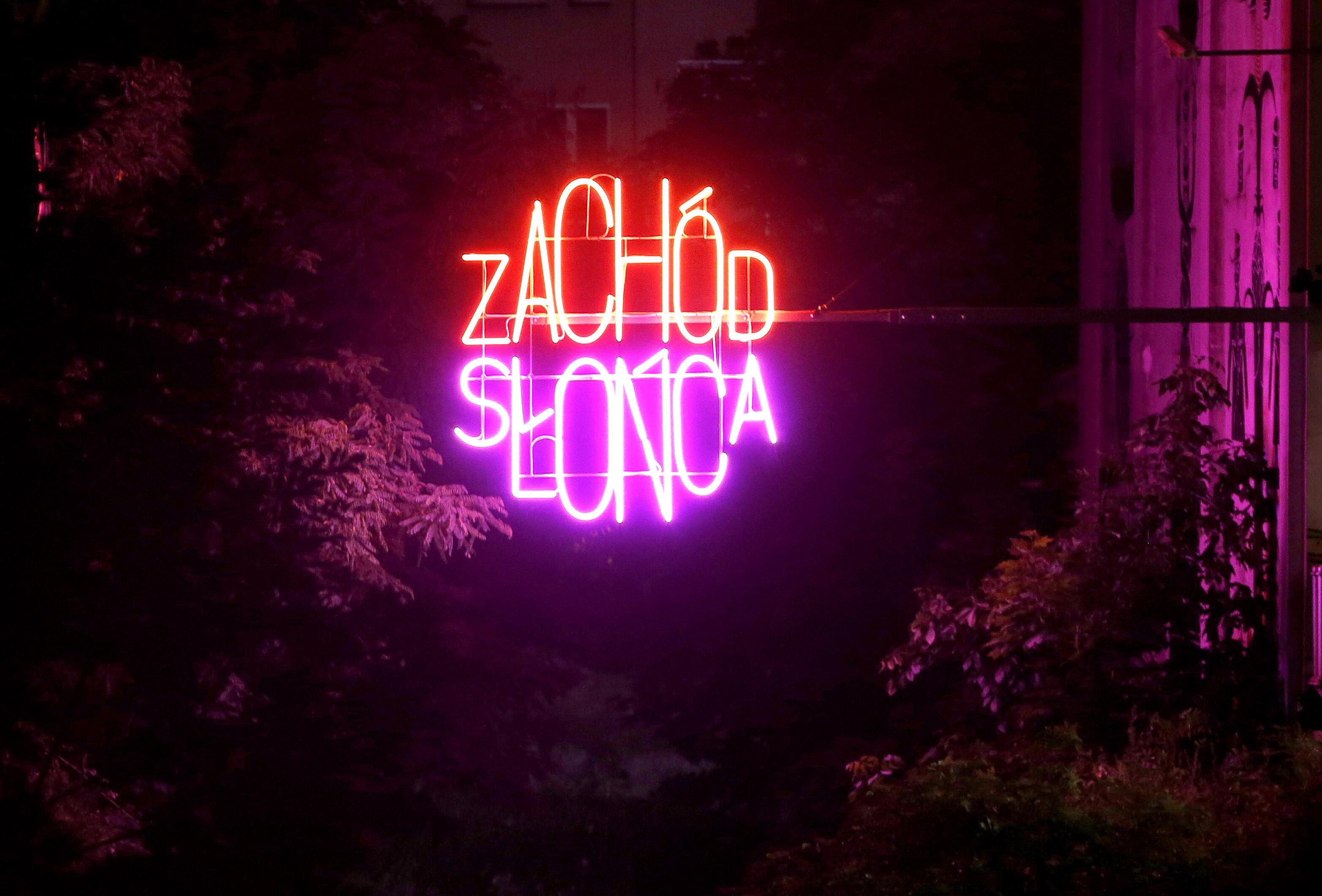"""Neon """"Zachód słońca wMieście Ogrodów"""", SUPERGUT STUDIO, przestrzeń nadRawą, Rynek wKatowicach"""