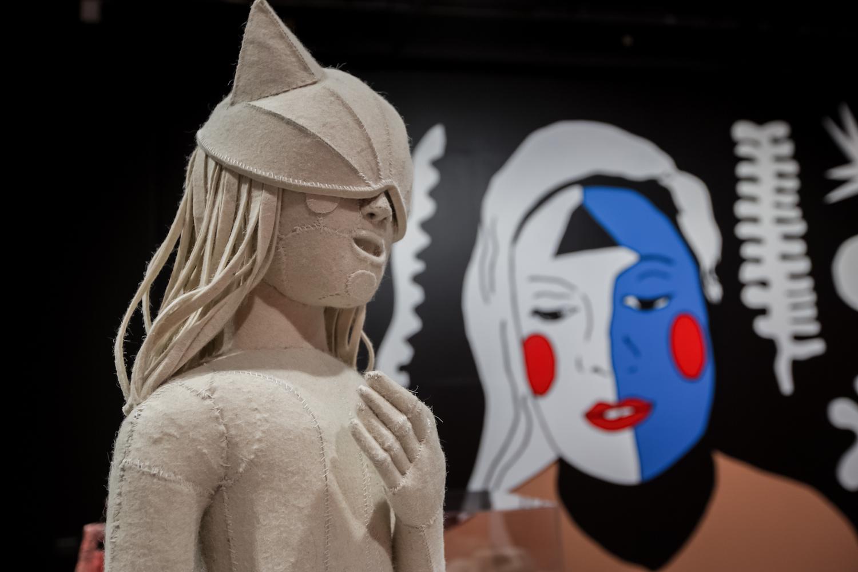 Aneta Grzeszykowska, Franciszka 2020, obiekt, 2015/2016. Dzięki uprzejmości artystki orazGalerii Raster wWarszawie, wtle praca Kariny Bisch, Self-portrait with cut outs (Autoportret zwycinankami), mural, 2016