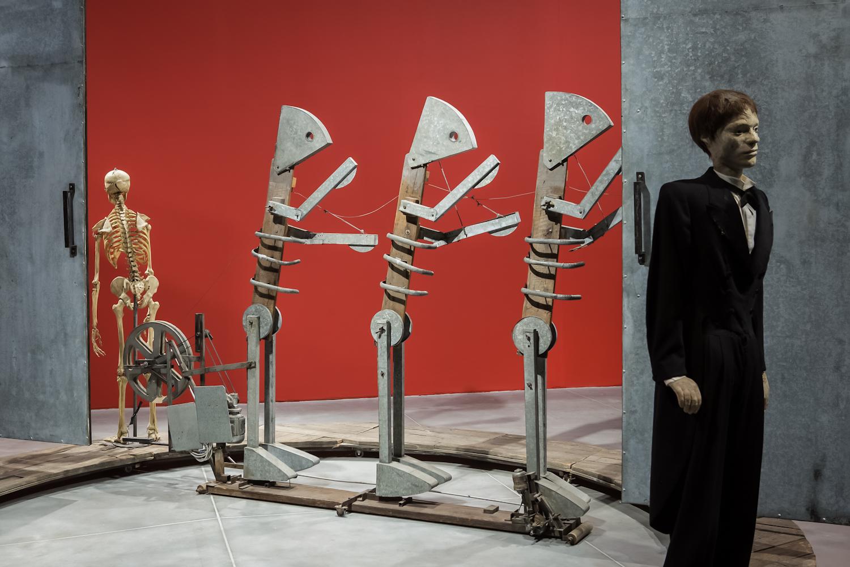 Tadeusz Kantor, Maszyna Miłości iśmierci, instalacja, 1987. Dzięki uprzejmości: Museo Internazionale delle Marionette Antonio Pasqualino wPalermo