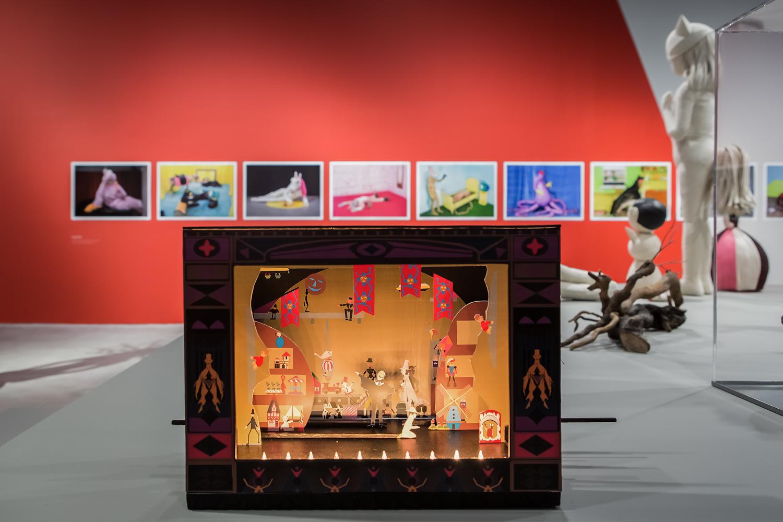 Claus Richter, Dormant Memories (aplay in four acts for paper theatre) [Uśpione wspomnienia (sztuka wczterech aktach dla papierowego teatru], obiekt, 2016. Dzięki uprzejmości artysty orazClages Gallery wKolonii