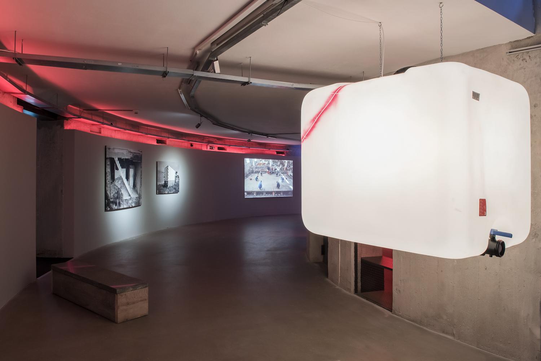 Na pierwszym planie: Klara Lidén, Untitled, 2015, propozycje zakupu na2016 rok, dzięki uprzejmości Galerie Neu, Berlin. Wtle: Carlos Garaicoa, En Construcción / Under Construction (V), 2012 orazUntitled (Homenaje aVolpi), 2014, propozycje zakupu na2016 rok, dzięki uprzejmości Barbara Gross Galerie, Monachium. Wtle: Goran Škofić, Sektor, 2014, propozycja zakupu na2016 rok, dzięki uprzejmości artysty