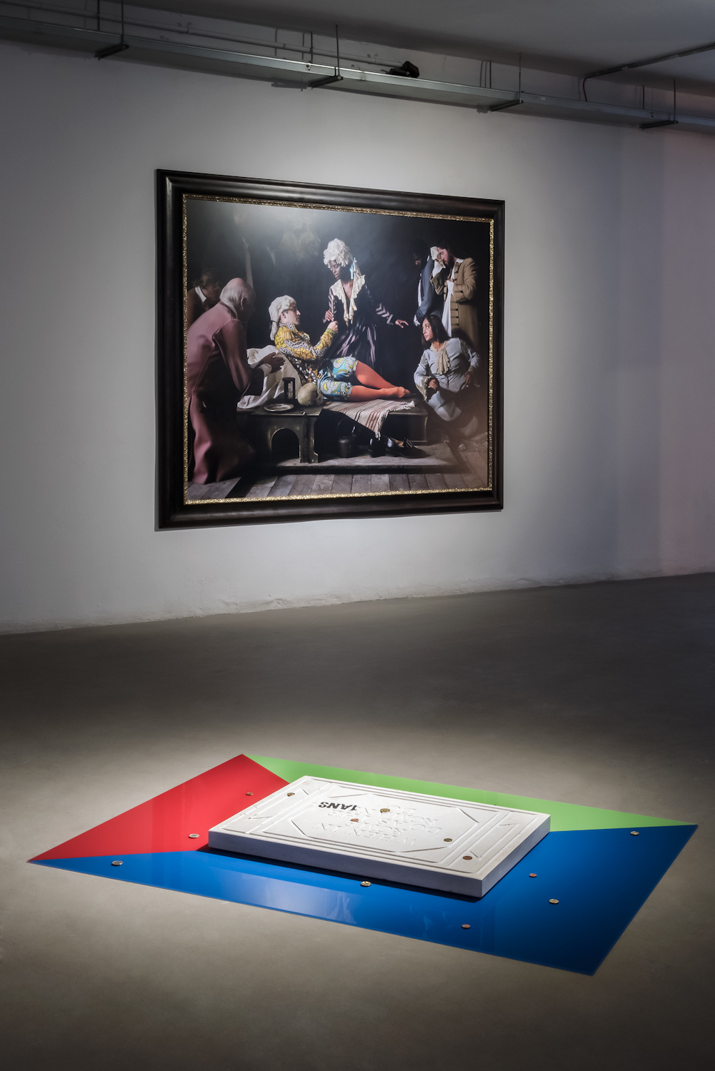 Na pierwszym planie: Slavs and Tatars, When in Rome, 2010, kolekcja MWW. W tle: Yinka Shonibare, Fake Death Picture (The Death of St Francis — Bartolomé Carducho), 2011, kolekcja MWW
