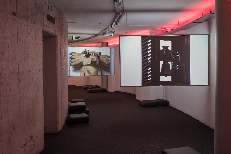 Na pierwszym planie: Carlos Motta, The Nefandus Trilogy, 2013, kolekcja MWW. Wtle: Ed Atkins, The Trick Brain, 2012, kolekcja MWW