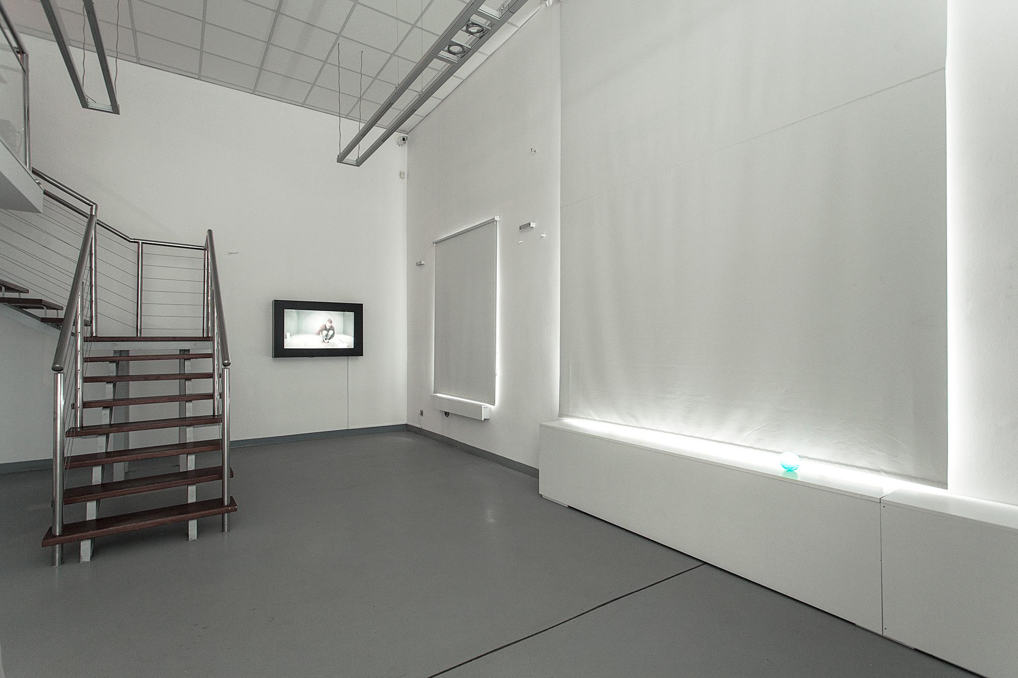 """Max Syron, symulator, wideo 82"""", 170 cm x 240 cm, 2015"""