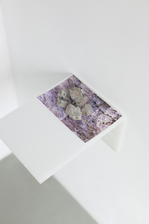 Max Syron, dryfujące historie, szklanka, urwisko, ropa naftowa, szkło, fotografia, pleksi, 9 x 6.5 x 9 cali, 2016