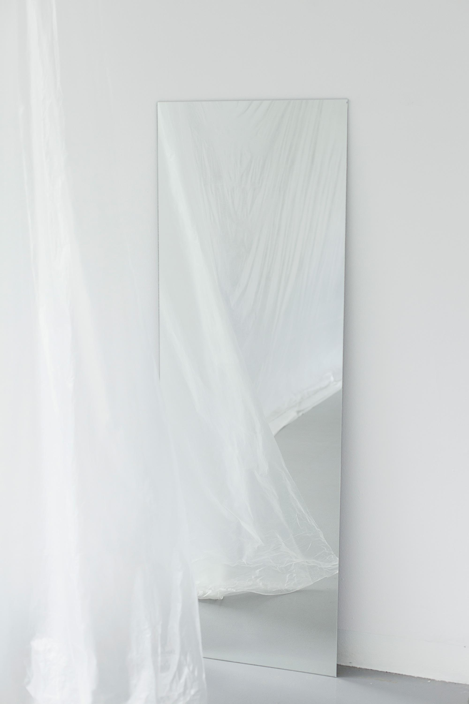 Max Syron, płaszczyzny dotyku, tworzywo sztuczne, lustro, wymiary: zmienne, 2016