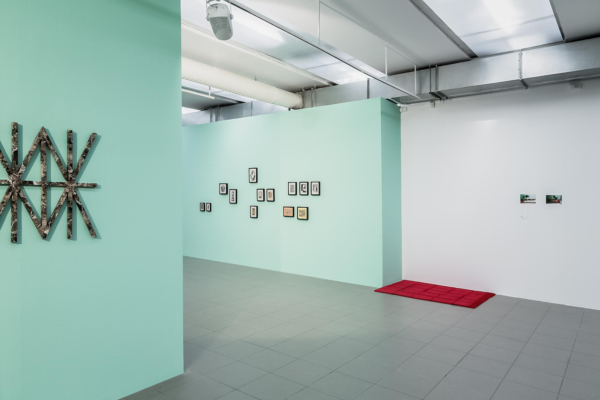 Od lewej: Szymon Szewczyk, beztytułu, kolaż, 2014-2015; Małgorzata Markiewicz, Przenośny oznaczacz miejsca, obiekt, aksamit, gąbka, 2016