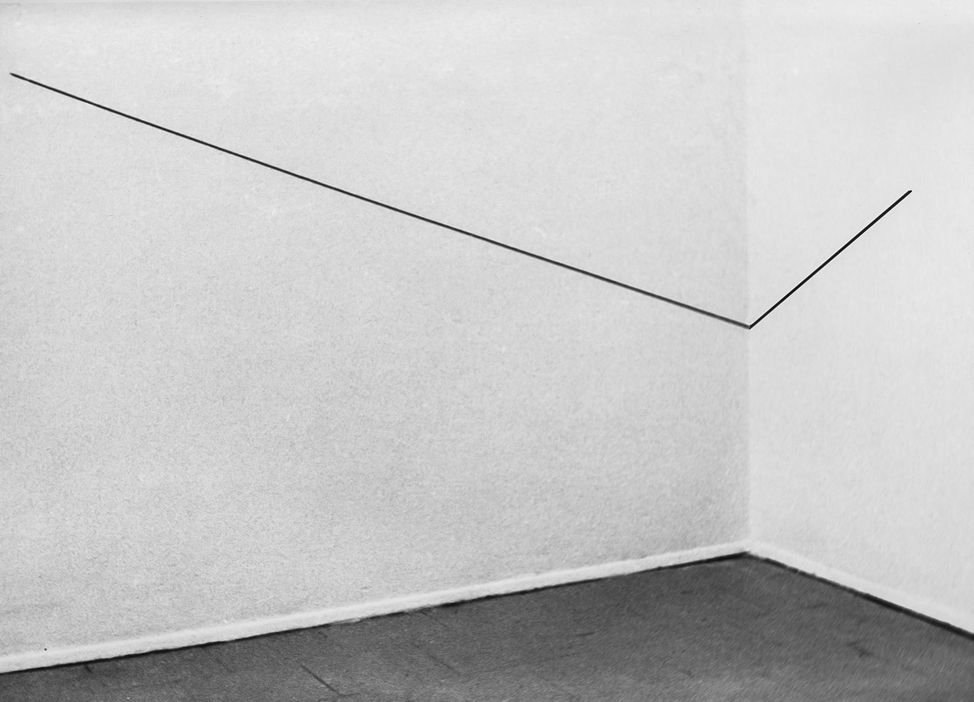 Krzysztof Wodiczko, Dwa rysunki czerwono-niebieskie itrzy czarne naścianach, suficie iwnarożnikach galerii, Galeria Akumulatory 2, Poznań
