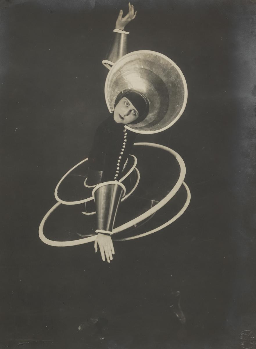 Figura spiralna zBaletu triadycznego, 1927 , fot.Atelier Grill (Karl Grill), wł. Bauhaus-Archiv Berlin