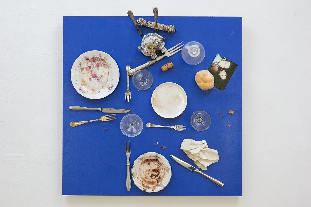 Daniel Spoerri, Bistro świętej Marty (Das Bistro der heiligen Martha), 2014, asamblaż, 71,5 × 71,5 × 30,5 cm, dzięki uprzejmości D. Spoerri, LEVY Galerie, Hamburg